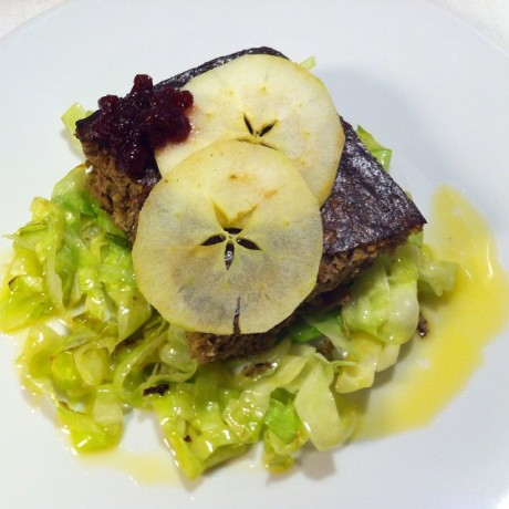 Leverkaka med matkorn och skirat smör samt äppelchips och steks spetskål - Liver Cake with food grain and melted butter and apple chips and fried cabbage